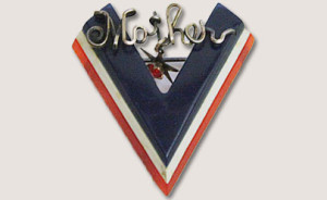 Tri-color Bakelite 'V' for Victory pin with 'Mother' in wire at the top. Gift of Rhoda and Roger Berkowitz, 2011.009