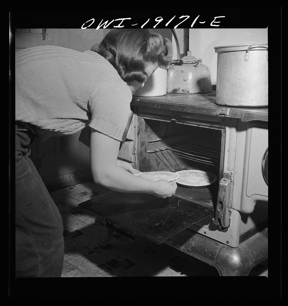 Mary Mutz cooking her apple pie in 1943 New Mexico. Photo courtesy of the Library of Congress.